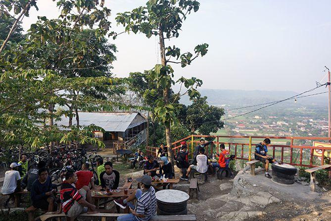 Para pesepeda yang ada di Gunung Wangi kala pagi