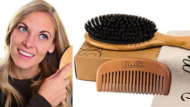 mujer peinando su cabello