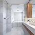 Banheiro contemporâneo marmorizado e amadeirado com penteadeira e banheira!