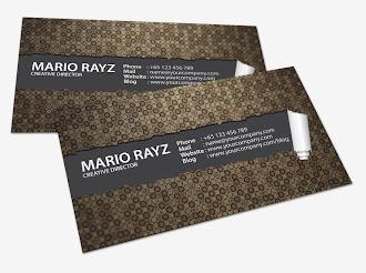 Yırtık kahverengi deseninin altında görünen siyah yüzeyde kartvizit bilgilerinin yazılı olduğu kartvizit