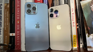 Đây là những gì mặt sau trông giống như được đặt cạnh iPhone 13 Pro. Ảnh: Todd Haselton / CNBC