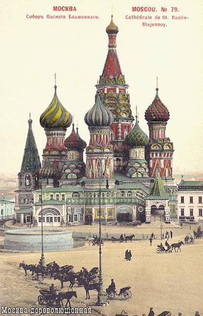Cartão postal mostra a Catedral de São Basílio na Praça Vermelha de Moscou em 1917, antes da Revolução Russa. Imagem de domínio público.