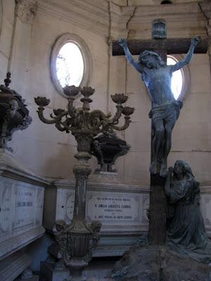 Esculturas dentro de um túmulo