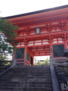 lo scenico portale d'ingresso al tempio