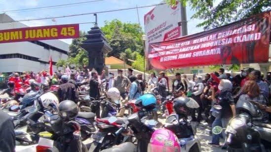 Massa Tolak Silaturahmi Akbar KAMI di Surabaya