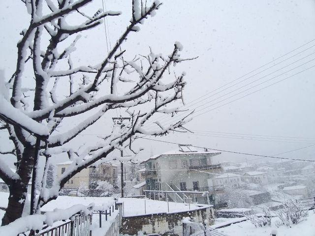 Πυκνή χιονόπτωση στην ορεινή Ξάνθη – Καταιγίδες στην πόλη [ΦΩΤΟ]