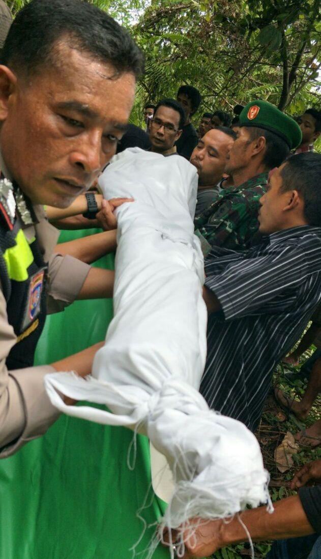 Bhabinkamtibmas Polsek Wara Kelurahan Murante Palopo, Aipda Buhari Banduru Ikut Mengangkat Jemazah Almarum Irfan.