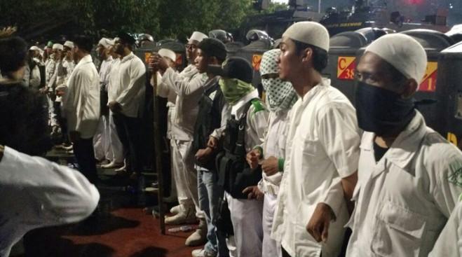 Massa FPI Bentengi Polisi dari Massa HMI di Depan Istana