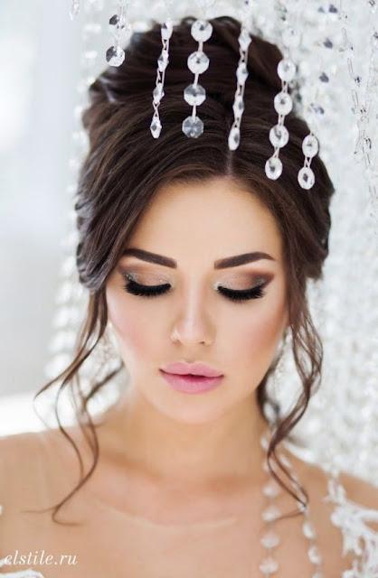 Maquiagem para casamente geralmente é algo muito importante para escolher, até porque é um momento que vai marcar a sua vida. A maquiagem de noiva pode ser simples ou um pouco mais ousada, isso depende do horário do casamento, pois maquiagem para casamento de dia e a noite, as makeup costumam ser diferentes. A noite a make pode ter muito mais brilho e aparecer bem mais cada detalhe. Se for uma maquiagem para a cerimonia de casamento e para festa, tem que ter uma make com longa duração, para você não ficar preocupada durante o evento.  Por isso usar a melhor base matte com longa duração, corretivo matte com longa duração, iluminador com brilho, batom matte com longa duração, rímel com volume e a prova d'água, use um fixador de sombra, pó translucido e não se esqueça de um fixador.