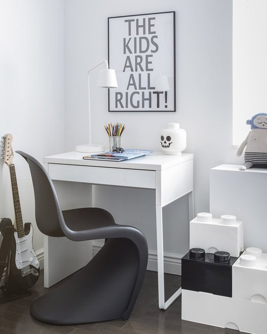 escritorio pequeño de niños con silla de diseño y contenedores Lego