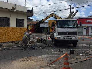 Carro derruba poste e deixa bairro sem energia elétrica, na Paraíba