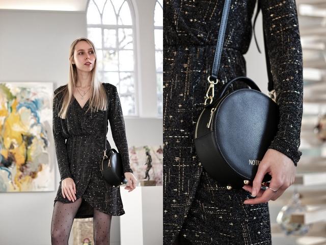 Kerst outfit met Pieces glitterjurk met lange mouwen van Sans Online en Jadon Dr. Martens boots en ronde tas van Notre-V Omoda en stippen panty