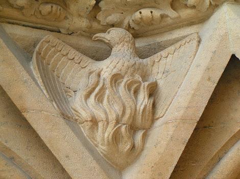 Escultura de un fénix en un capitel