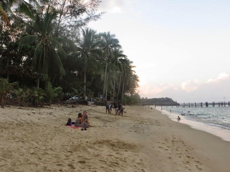 Девушки на пляже Таиланд