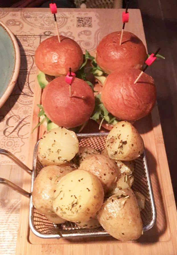 Mini-Burgers de rabo de toro con aguacate y chutney de mango con patatas al horno