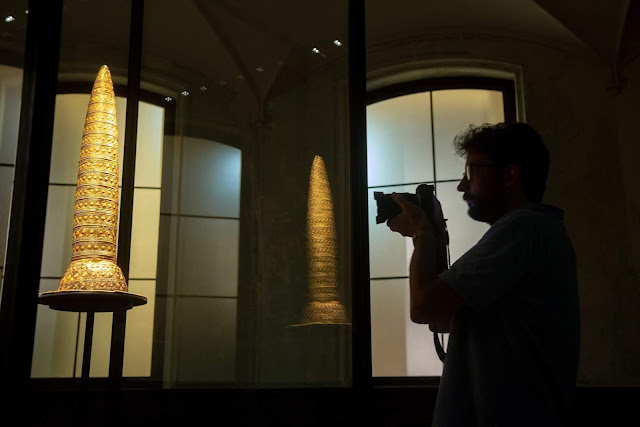 Ein Mann fotografiert eine Skulptur