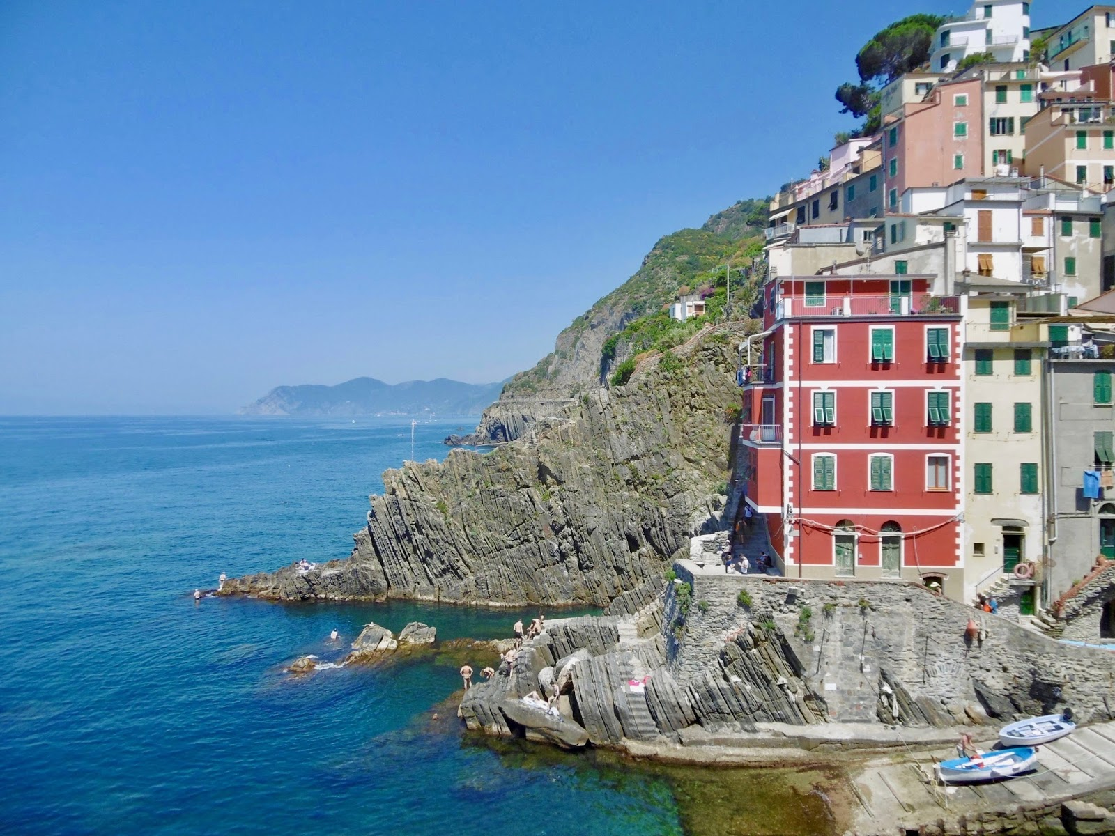 Cinque Terre buildings on the seaside, a guide to where to visit in Italy to Tour