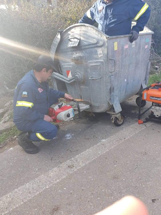 Επιχείρηση διάσωσης μικρού ζώου που εγκλωβίστηκε σε κάδο απορριμμάτων