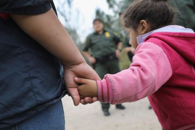 Des immigrants venus d'Amérique centrale emmenés en centre de rétention par la police des frontières américaine, au Texas, le 4 janvier 2017. Photo John Moore. AFP