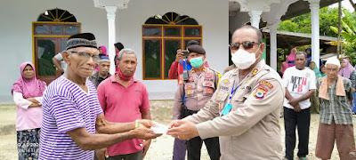 Kapolres Maluku Tenggara AKBP Alfaris Pattiwael saat menyerahkan bantuan ke Imam Mesjid Al-Huda Ohoi (Desa) Wain Kecamatan Kei Kecil Timur Maluku Tenggara