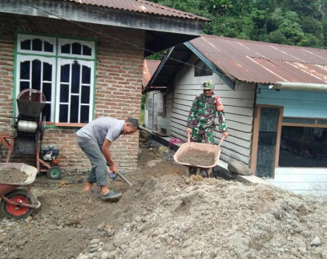 Babinsa Bantu warga Timbun Halaman Rumah Warga  Desa Binaan