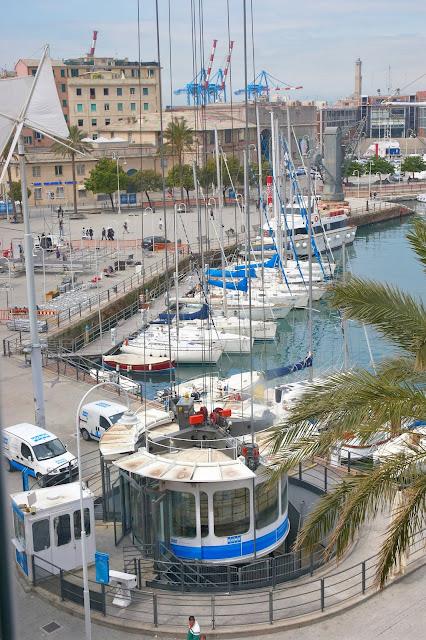 widok z góry na port w Genui