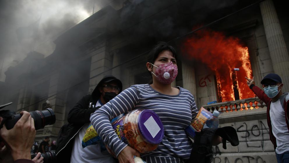 Incendio y destrozos en el Congreso de Guatemala