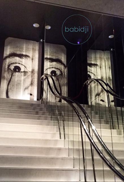Photo de Dali en haut d'un escalier au musée à Figuères