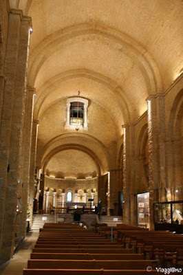 Le linee pulite della romanica chiesa di Saintes Maries