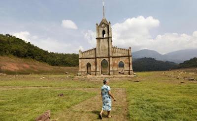Hermosa iglesias sumergida abandonada