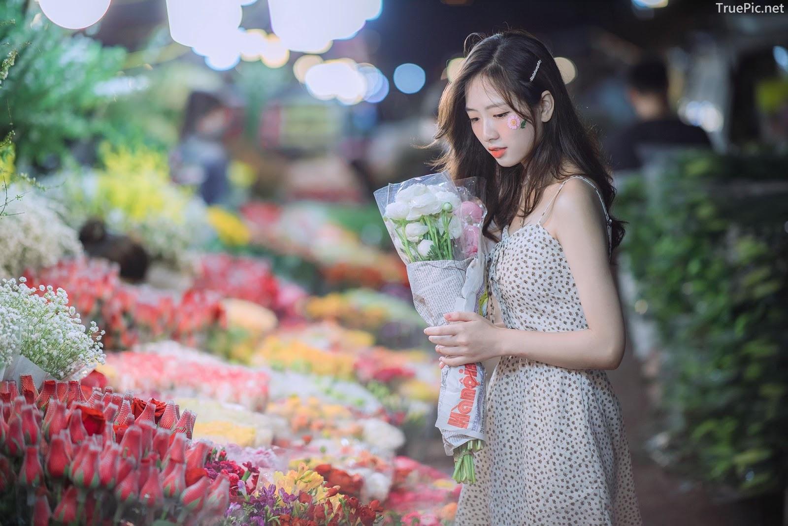 Vietnamese Hot Girl Linh Hoai - Strolling on the flower street - TruePic.net - Picture 2