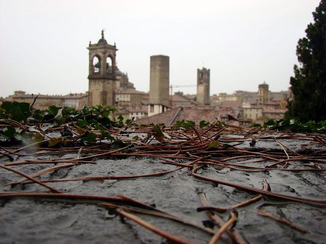 Rzut oka na stare miasto z Fortu Rocca di Bergamo