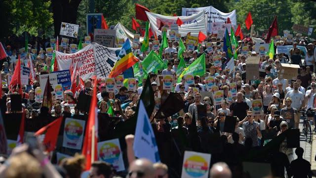 Alemanes se manifiestan en contra del partido antimigrantes AfD