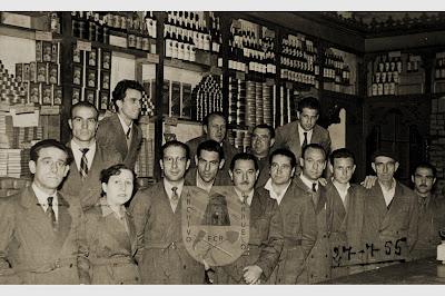 Personal del economato de Barruelo retratados en el mostrador (1955)