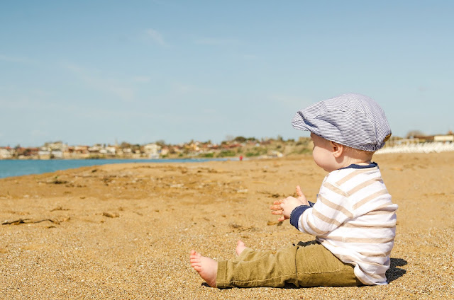 Co zabrać nad wodę jadąc z dzieckiem?