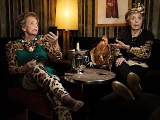 Fotos divertidas de anciana  y gallina.