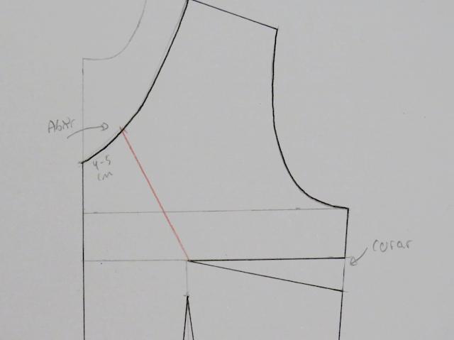 Trazo de nueva pinza hacia el escote mediante una línea recta de color rojo