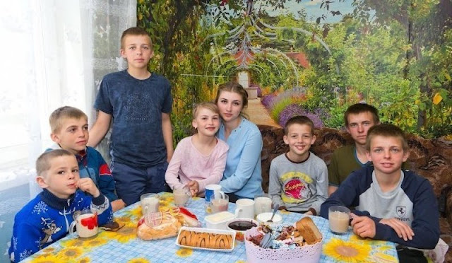 20-летняя девушка бросила учебу и одна воспитывает шестерых братьев и сестру