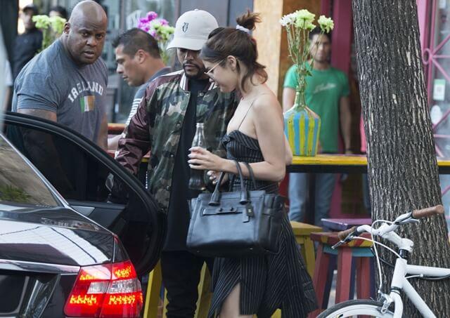 2017年3月28日 アルゼンチンの首都ブエノスアイレスで、ラブラブなデートを満喫中のセレーナ・ゴメス(Selena Gomez)とザ・ウィークエンド(The Weeknd)をキャッチ。