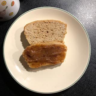 Tranche de pain d'épices avec de la purée de dattes