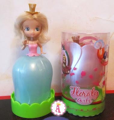 Принцесса мисс Ирис рядом с розовой куклой-цветком мисс Лили