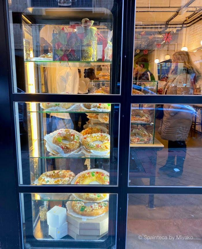 マドリードのフォルメントル菓子店のショーウインドーに並ぶ王様のケーキ