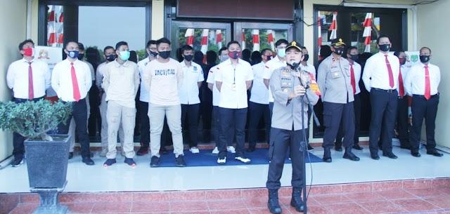 Wakapolres Jakarta Barat Memberi Penghargaan Kepada Anggotanya Yang Berprestasi