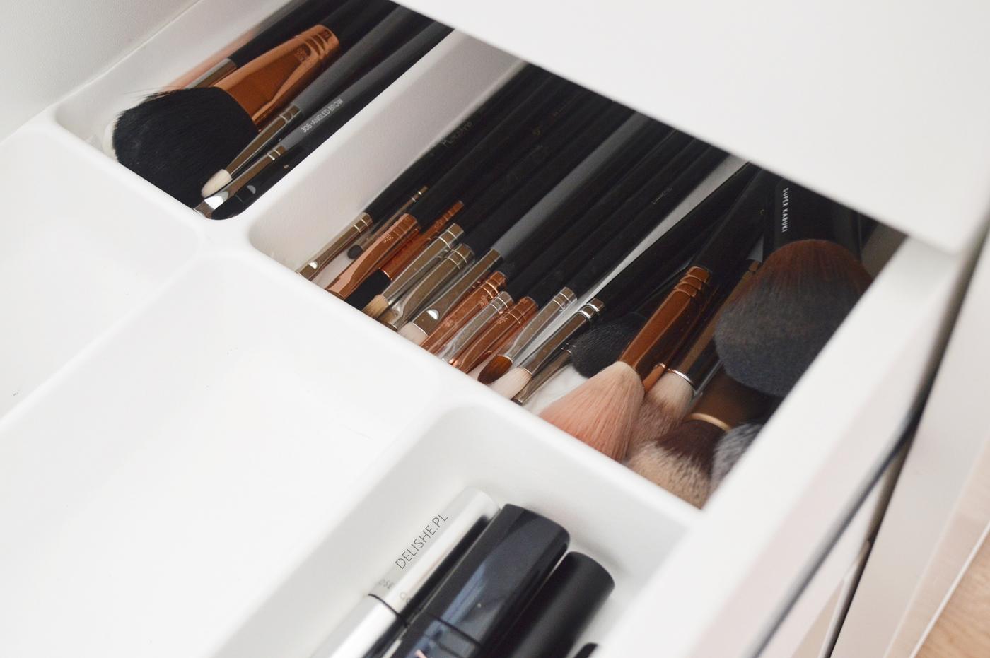 toaletka i organizacja kosmetyków, pędzle blog delishe