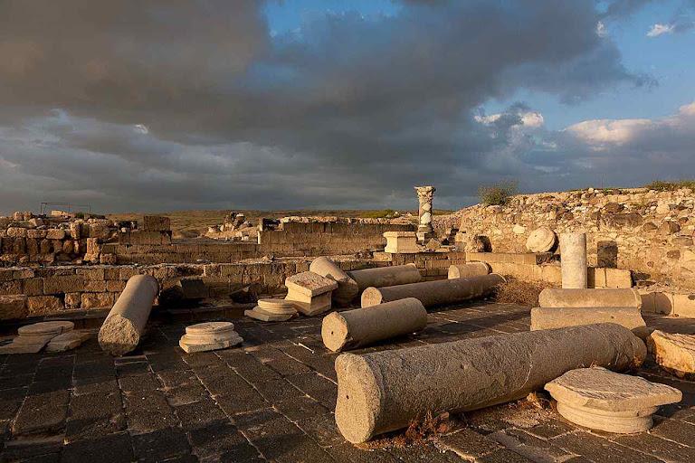 Ruínas de Hippos, ou Sussita, a cidade pagã perto de onde foi desenterrada a 'igreja queimada'