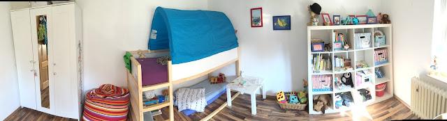 Kinderzimmer für zwei Jungs mit Kura Hochbett