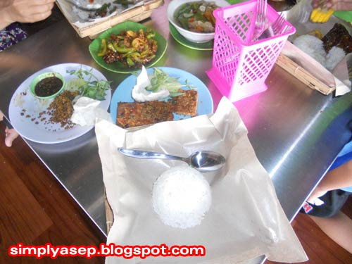 FAVORITE MENU: This is a picture of my family and lunch menu menu at the Ayam Bakar Wong Solo Restaurant located on Jalan Sutan Syahrir. Comfortable and Indonesian bangeds. Photo of Asep Haryono