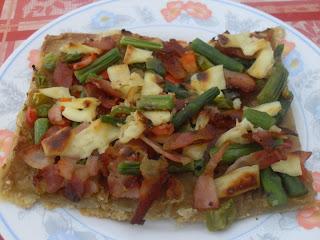 Coca de verduras, jamón serrano y queso.
