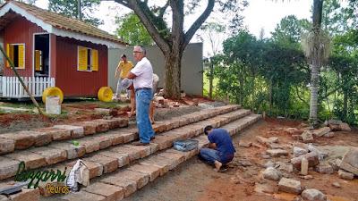 Bizzarri visitando obra e observando as construções com pedras. Na foto executando uma escada de pedra folheta onde na parte de baixo vamos executar o calçamento com pedras.