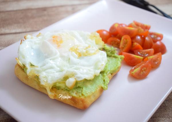 Tosta de Aguacate y Huevo Frito. Vídeo Receta